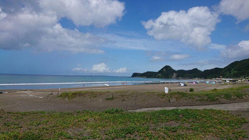 穏やかな波の岩井海岸